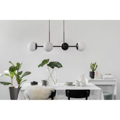 pozioma lampa wisząca nad stołem
