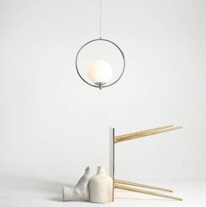 srebrna lampa wisząca z mleczną kulą