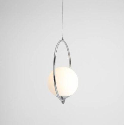 srebrna lampa wisząca ze szklanym kloszem