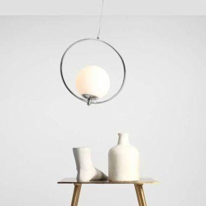 srebrna lampa z mlecznym kloszem