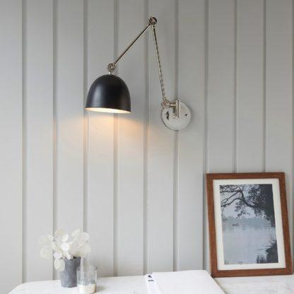 srebrny kinkiet z czarnym kloszem nad biurko