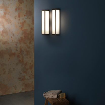 szklany kinkiet na ciemnej ścianie