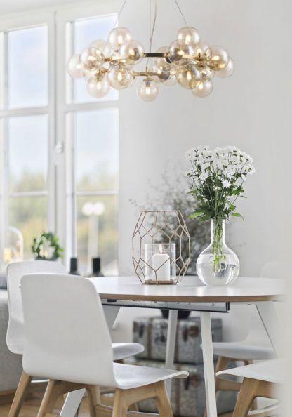 szklany nowoczesny żyrandol nad stół