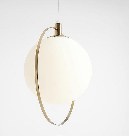 złota lampa wisząca do drewnianego stołu