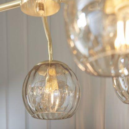 złoty żyrandol z bursztynowymi kulami