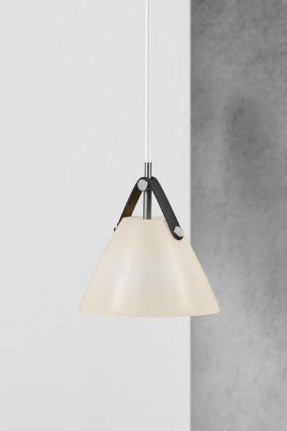 biała lampa z czarnym skórzanym pasku