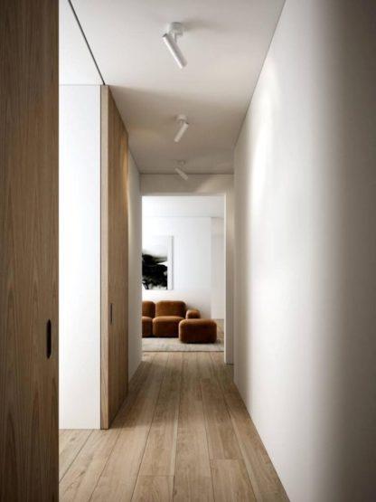 biały reflektor sufitowy na korytarz