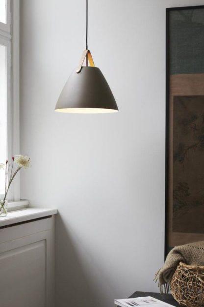 brązowa lampa wisząca ze skórzanym paskiem