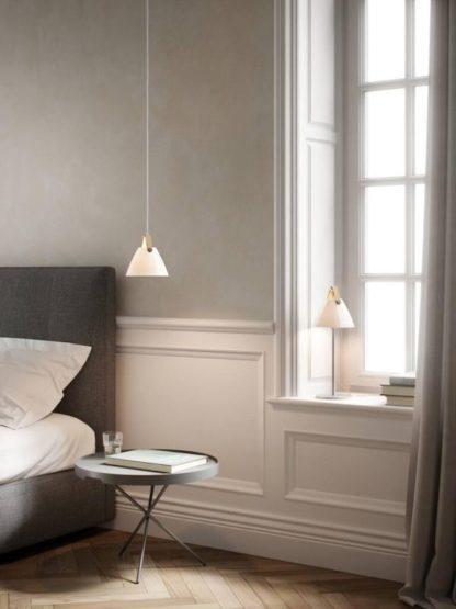 lampa stołowa do sypialni mleczny klosz
