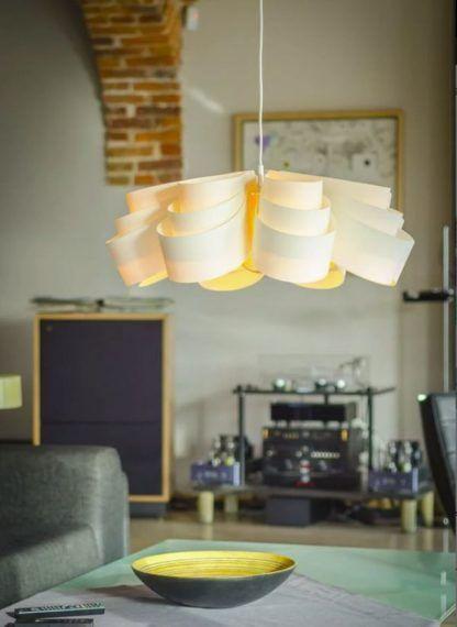 nowoczesna lampa wisząca nad stół w salonie