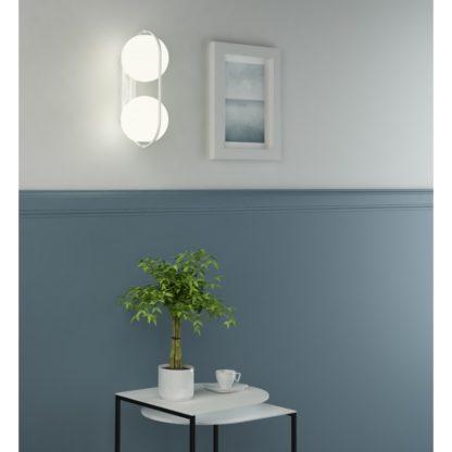 szklana lampa na niebieskiej ścianie przedpokój