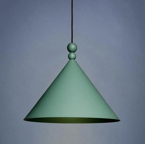 zielona lampa do projektu z szarymi ścianami