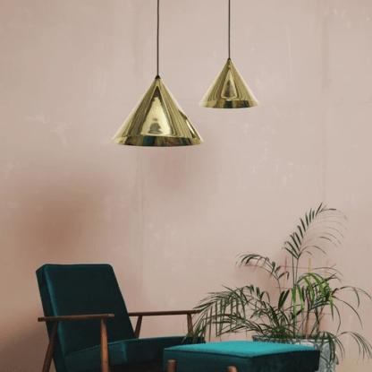 złota lampa wiszaca ze stozkowym kloszem