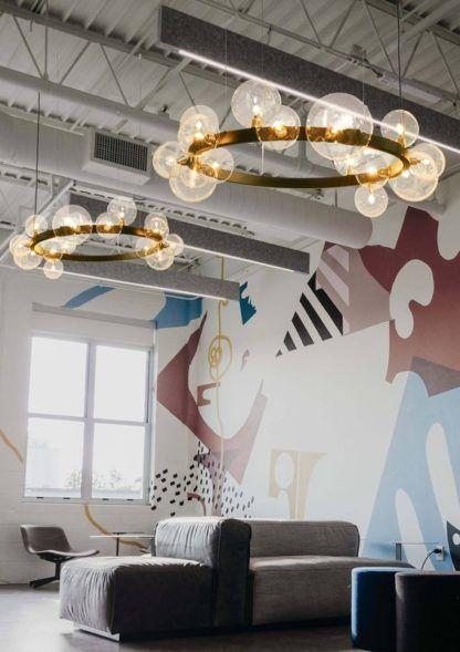 czarna lampa wisząca okrąg szklane klosze aranżacja salon
