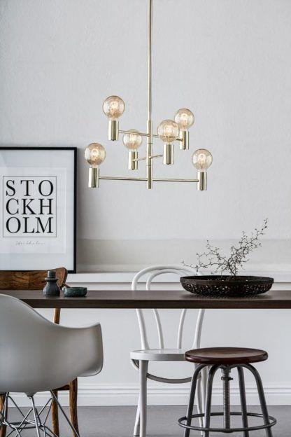 srebrna lampa nad stołem aranżacja
