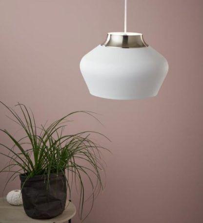 biała lampa wisząca na beżowej ścianie
