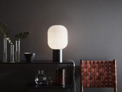 lampa stołowa na czarnej komodzie aranżacja