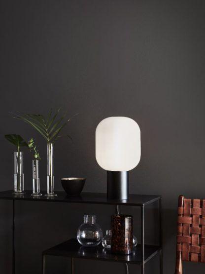 czarna lampa stołowa z mlecznym kloszem salon