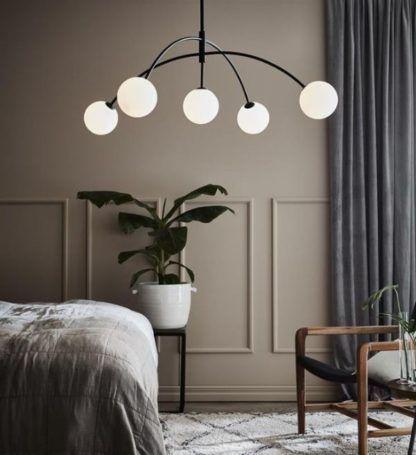 duża lampa wisząca łuk do szarej sypialni