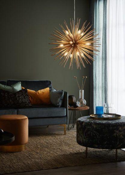 złota lampa w zielonym salonie wnętrze