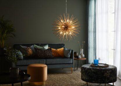 zielony salon ze złotą lampą aranżacja