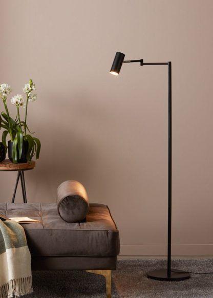 czarna lampa podłogowa do salonu przy leżance
