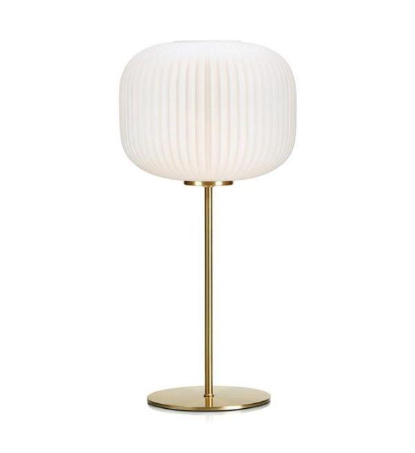 złota lampa stołowa z mlecznym kloszem