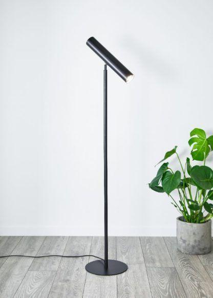 czarna lampa podłogowa z regulowanym kloszem