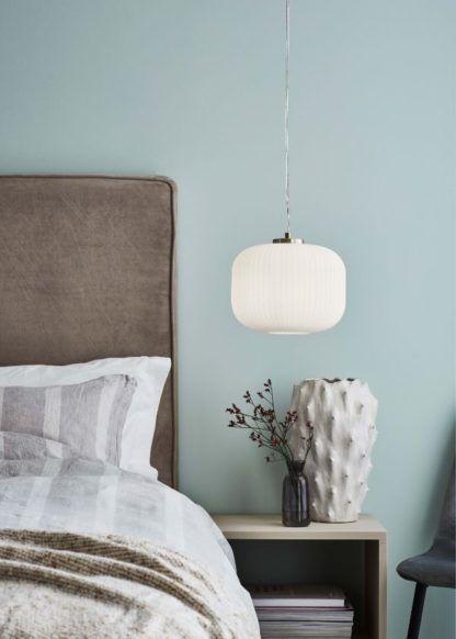 biała lampa w błękitnej sypialni aranżacja