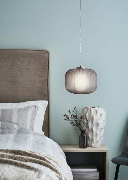 szara lampa wisząca w błękitnej sypialni