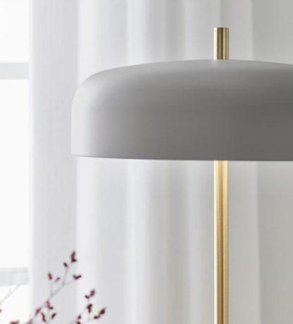 szara lampa podłogowa na złotej nóżce