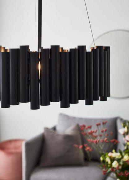 czarna lampa wisząca do salonu