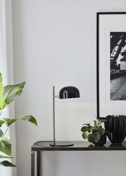 czarna lampa biurkowa złota nóżka aranżacja