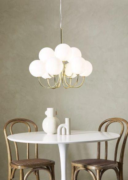złoty żyrandol szklane kule nad stół
