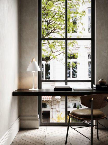 biała lampa stołowa na czarnym biurku