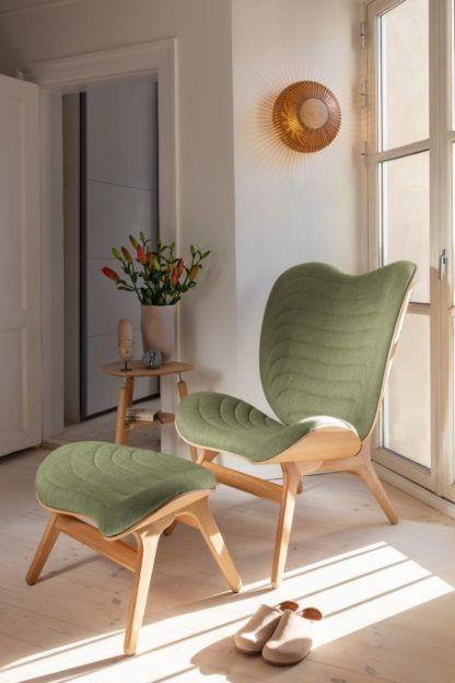 drewniany kinkiet przy zielonym fotelu eko