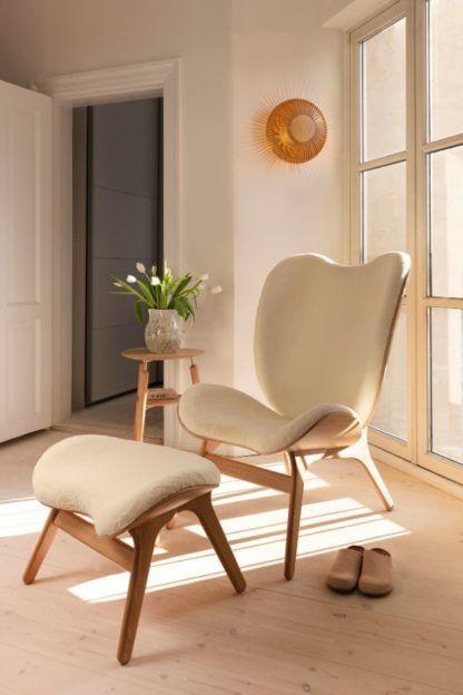drewniany kinkiet do skandynawskiego salonu aranżacja