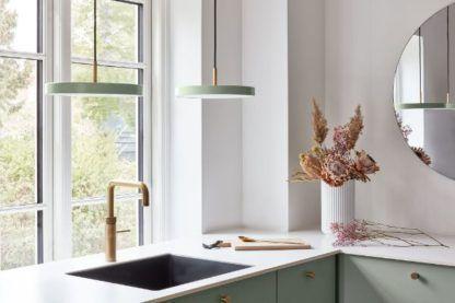 lampy w odcieniu szałwii aranżacja kuchnia