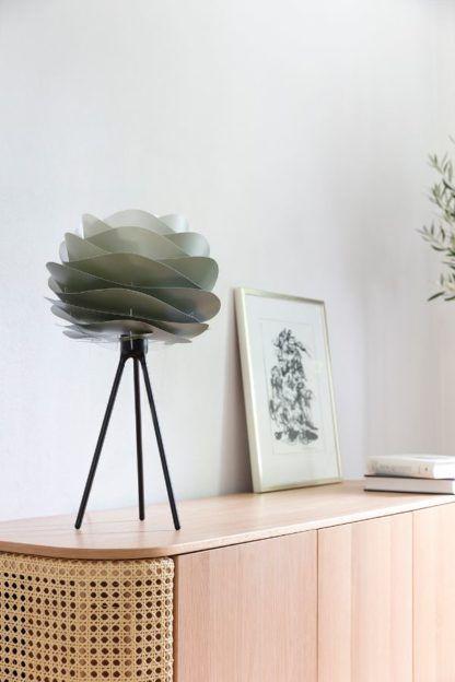 oliwkowa lampa stołowa do salonu aranżacja