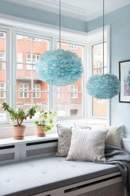 niebieska lampa z piór nad siedziskiem