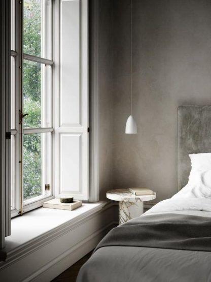 biała lampa wisząca z wąskim kloszem