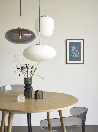szklane lampy nad okrągły stół