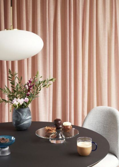 owalna lampa nad stół brzoskwiniowe zasłony