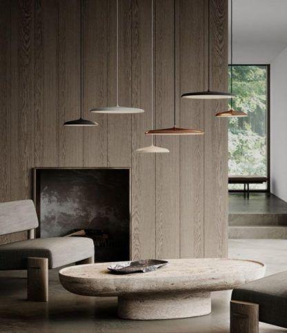 płaskie lampy do salonu z drewnianą ścianą
