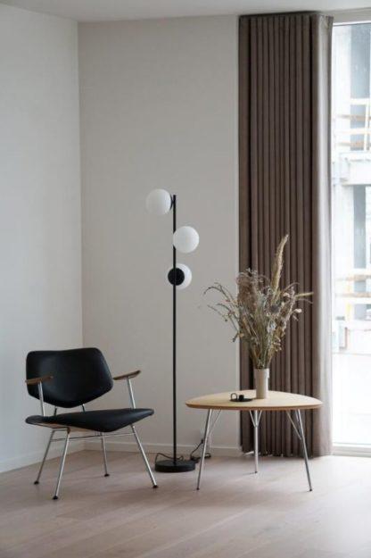 czarna lampa podłogowa ze szklanymi kulami