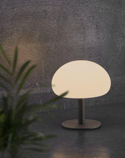 czarna lampa z mlecznym kloszem oświetlenie mobilne