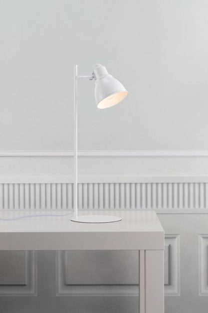 biała prosta lampa na biurko