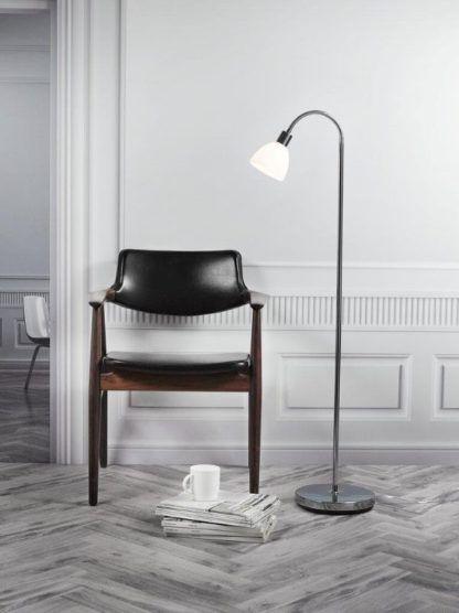 srebrna lampa podłogowa miejsce do czytania