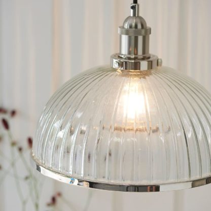 szklana lampa wisząca srebrne elementy