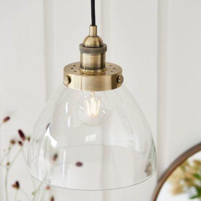 szklana lampa wisząca złote mocowanie